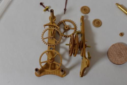 極小サイズの木時計を組み立てる